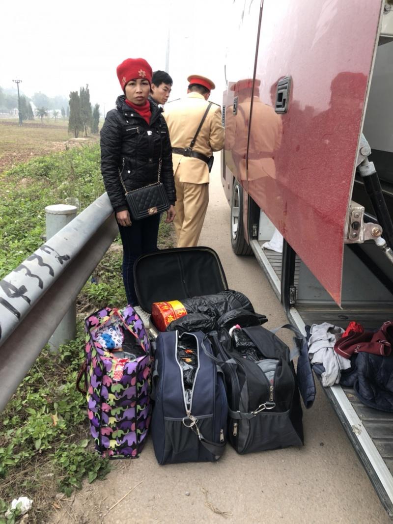 bac giang bat doi tuong van chuyen gan 120kg phao tren xe khach