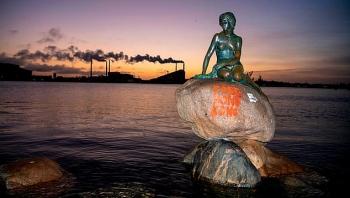 """Bức tượng nàng tiên cá nhỏ của Copenhagen với khẩu hiệu """" Hồng Kong tự do"""""""