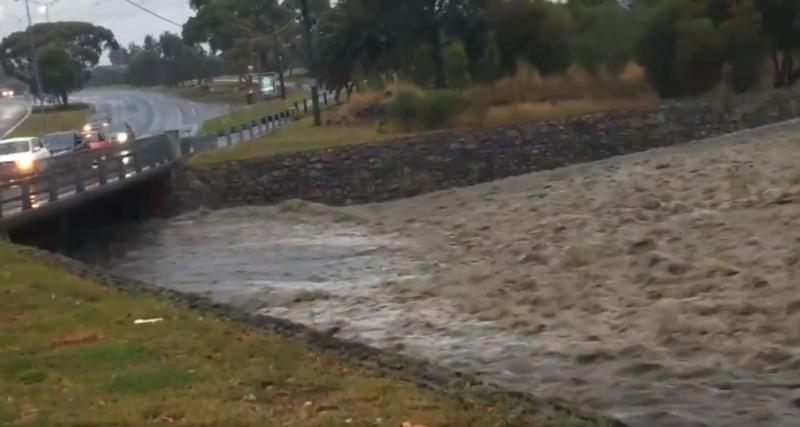 Mưa và mưa đá lửa tàn phá các tiểu bang của Úc