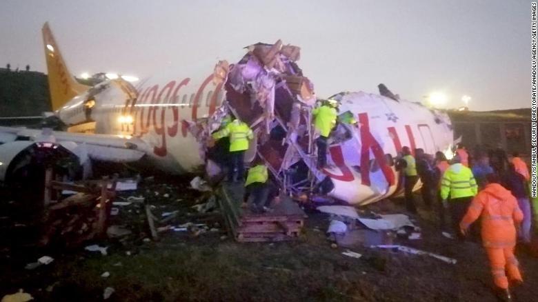 Chiếc máy bay vỡ vụn sau khi trượt khỏi đường băng ở Thổ Nhĩ Kỳ