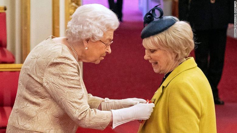Nữ hoàng Elizabeth đeo găng tay trong buổi lễ, làm dấy lên suy đoán vì coronavirus