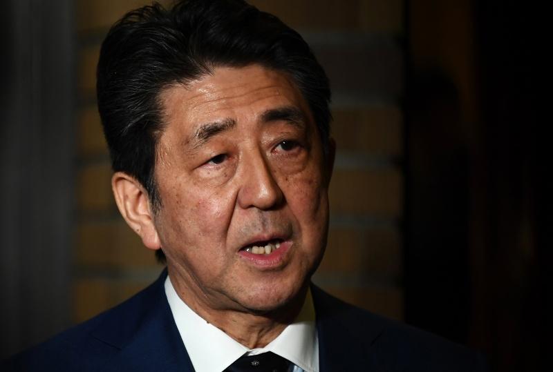 Tức giận vì Thủ tướng Nhật Bản cung cấp 2 mặt nạ vải cho mỗi gia đình, trong khi từ chối tuyên bố khẩn cấp coronavirus