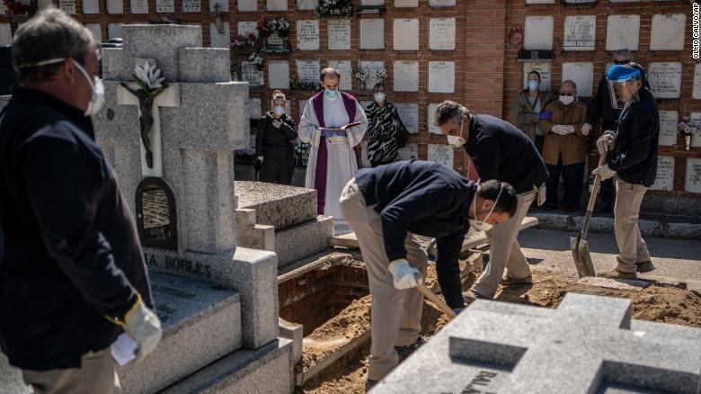 Đám tang nhanh đang được tổ chức tại tâm chấn của đại dịch coronavirus ở Tây Ban Nha