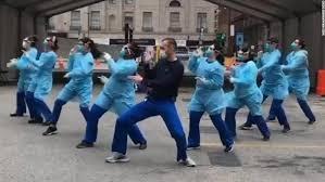 Nhân viên y tế nhảy múa trên phương tiện truyền thông xã hội, để cổ vũ những người bị cách ly và giảm bớt căng thẳng