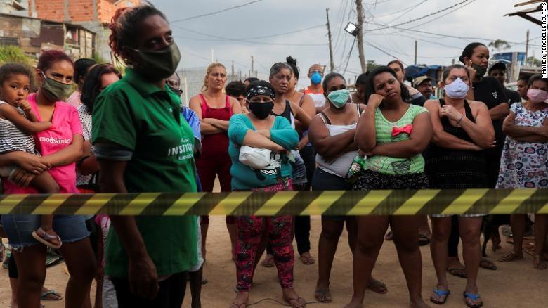 Trong khi những người giàu có tự cách ly, người nghèo không thể ở lại Sao Paulo