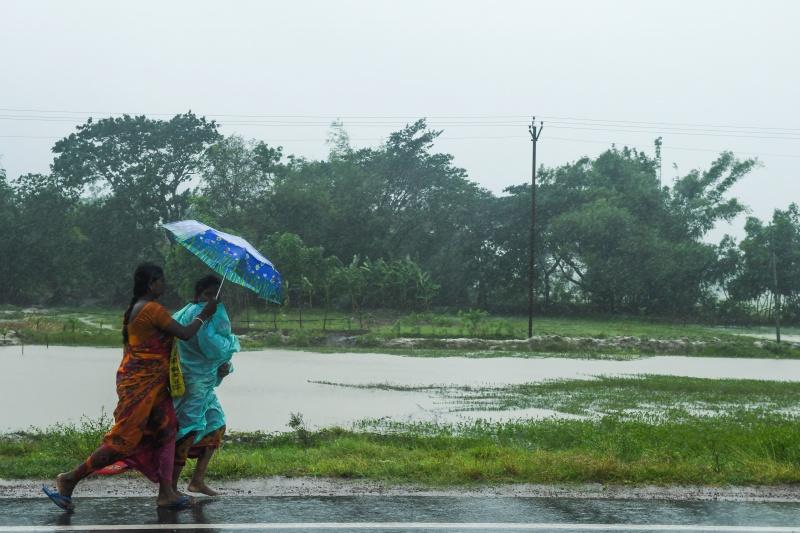 Những cơn mưa lớn do siêu bão Amphan đã tàn phá tây Bengal, người dân vội vã di tản