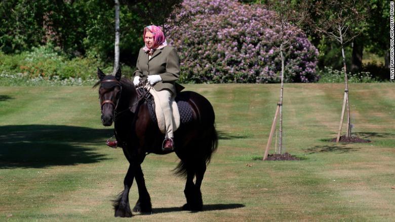Nữ hoàng Anh- Elizabeth cưỡi ngựa ở tuổi 94 trong thời gian đóng cửa