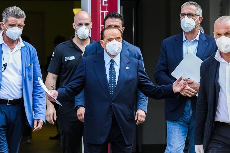 Cựu Thủ tướng Ý, Silvio Berlusconi được xuất viện sau khi điều trị virus