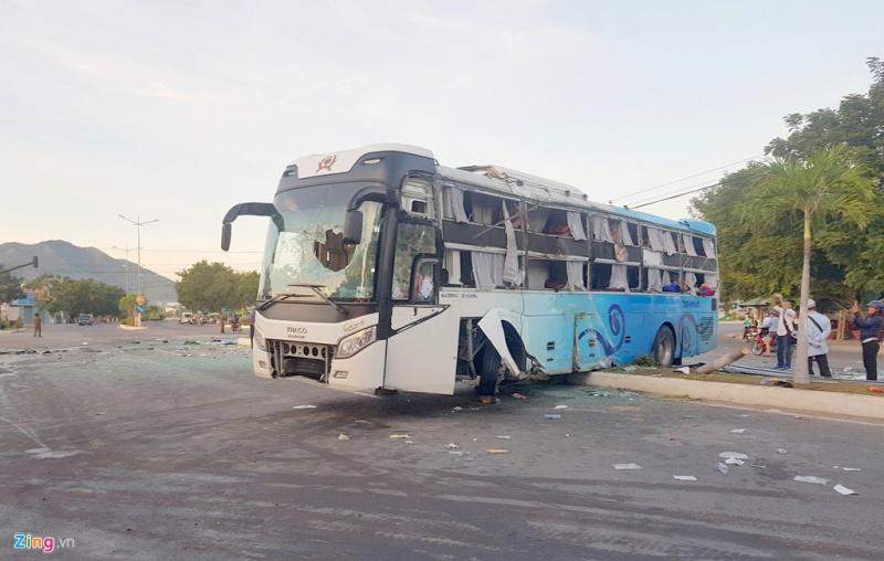 Xe khách mất lái tông vào dải phân cách trên quốc lộ khiến nhiều hành khách hoảng loạn