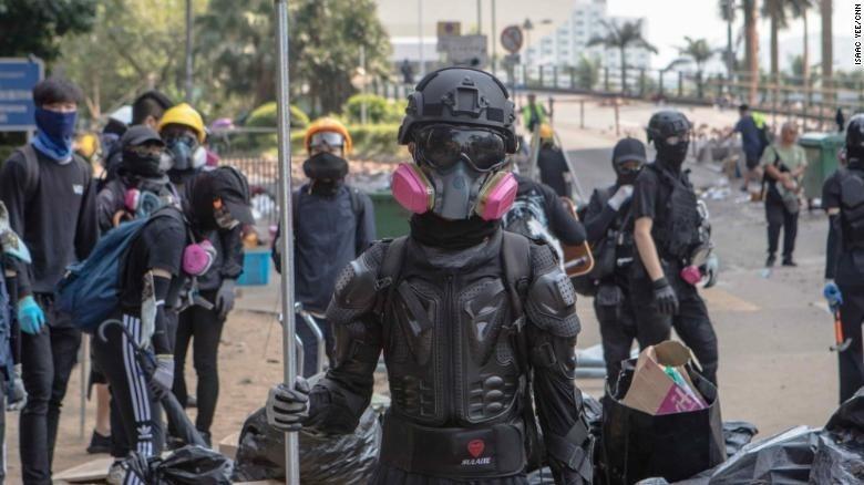 Sinh viên Hồng Kông đang biến các khu học xá thành pháo đài.