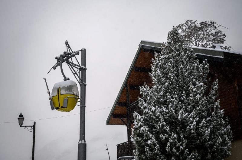 Pháp đặt thiết bị kiểm tra biên giới để ngăn chặn công dân trượt tuyết ở nước ngoài