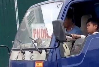 thanh hoa trieu tap tai xe trong clip be trai lai xe tai tren pho dong nguoi