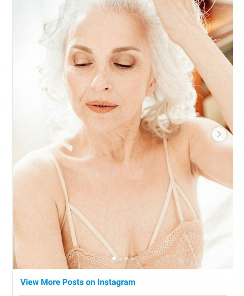 Phụ nữ ngoài 60 tuổi có nên khoe thân?