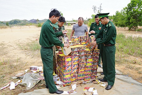 Kon Tum: Đồn Biên phòng Cửa khẩu Quốc tế Bờ Y tiêu hủy gần 1 tấn pháo nổ
