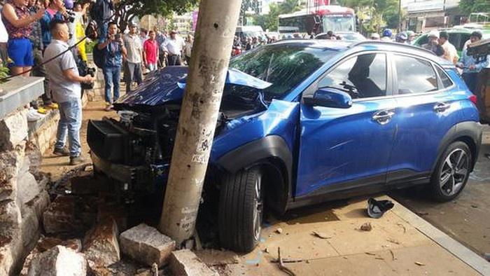 Gia Lai: 'Xe điên' tông nhiều xe đang dừng đèn đỏ