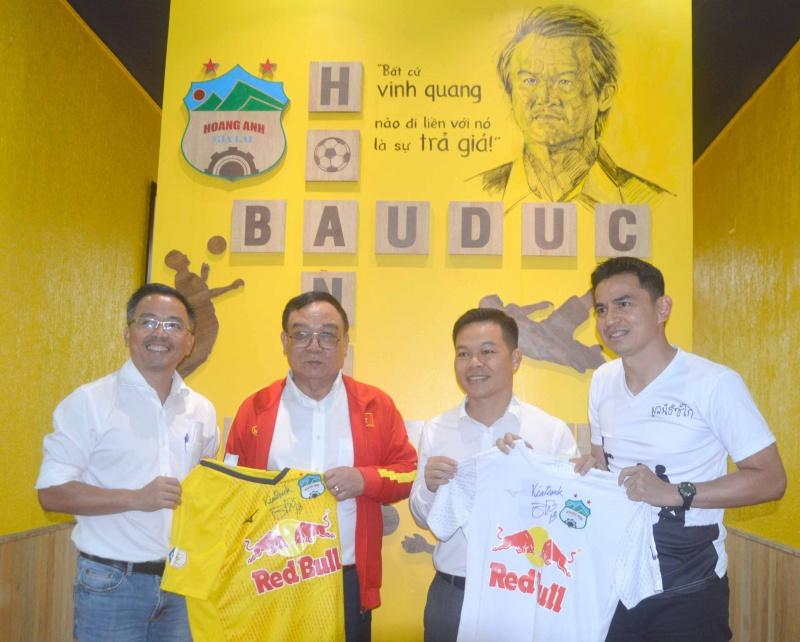 Huấn luyện viên Kiatisuk  đến Măng Đen trao áocho người chiến thắng