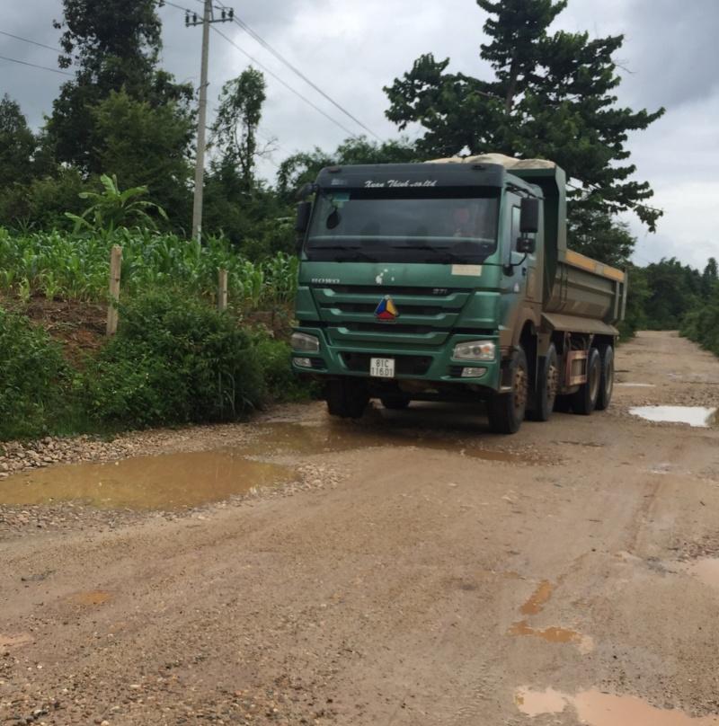 Kon Tum: Xe chở cát phá nát đường nông thôn