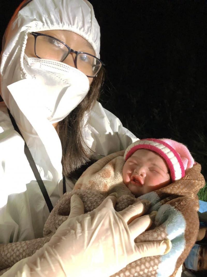 """Gia Lai: Một thai phụ hạ sinh """"mẹ tròn con vuông"""" trên đường đón từ vùng dịch về quê"""