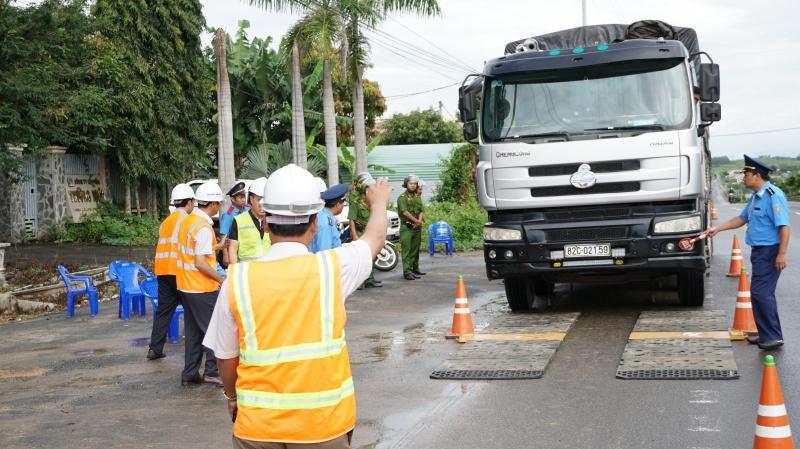 Dẹp xe quá tải đường Hồ Chí Minh đoạn Gia Lai - Kon Tum