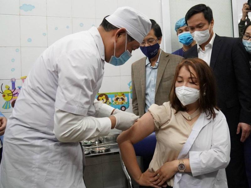 Việt Nam chính thức bắt đầu tiêm chủng vaccine ngừa Covid-19