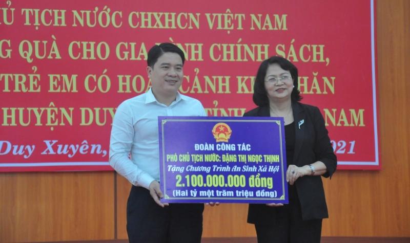 pho chu tich nuoc tham tang qua nguoi dan quang nam