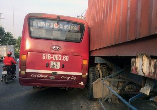 tphcm ruot duoi xe container tai xe xe buyt bi de nghi dinh chi