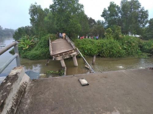 Sà lan 145 tấn chở cát tông sập cầu ở Tiền Giang, 4 người thoát nạn trong gang tấc