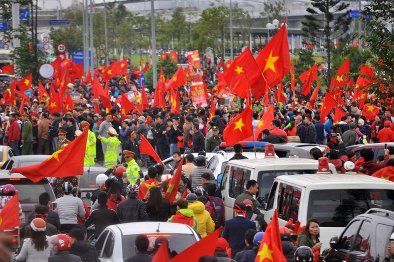 Hàng nghìn người dân xuống đường chào đón tuyển U23 về nước