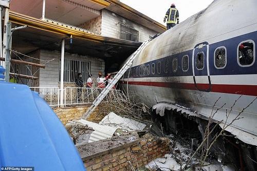 Máy bay Boeing 707 rơi ở Iran khiến 15 người thiệt mạng