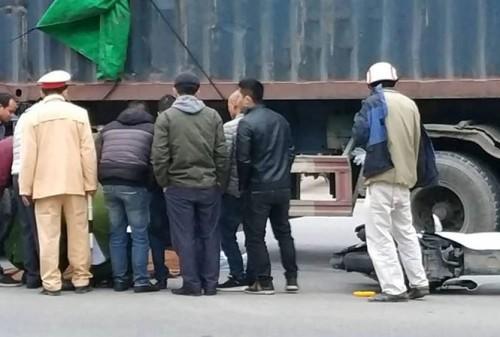 Hải Dương: Đôi nam nữ đi SH tử nạn dưới gầm xe container