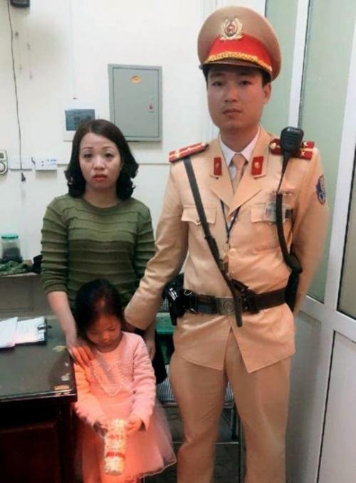Bé 5 tuổi bị lạc ngày đầu năm tìm được mẹ nhờ CSGT