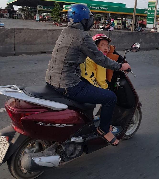 Trẻ em mệt mỏi cùng gia đình trở lại TPHCM sau Tết
