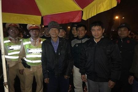 Cảnh sát giúp đỡ đưa cụ ông 75 tuổi đi lạc trong đêm về tận nhà