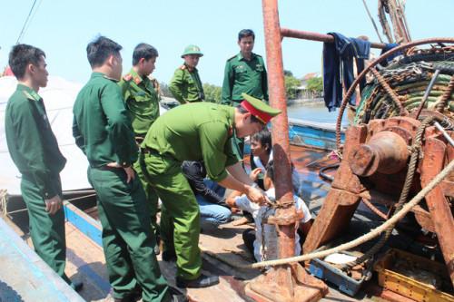 Cơ quan chức năng giải cứu khẩn cấp 4 thuyền viên bị chủ tàu trói bằng xích sắt