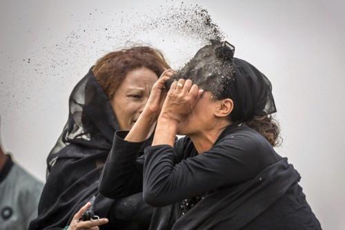 Thảm họa rơi máy bay ở Ethiopia: Thân nhân người gặp nạn phải nhận 1kg đất để an táng