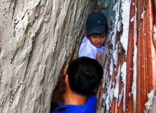 Bến Tre: Giải cứu bé trai 8 tuổi bị mắc kẹt trong khe tường