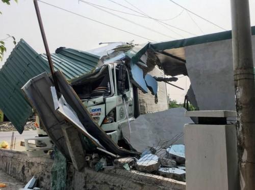Quảng Bình: Lái xe tông sập tiệm cắt tóc, tài xế xe tải bị bắt đền 250 triệu đồng