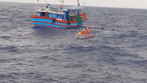 Bị chìm tàu trên biển, 4 ngư dân được ứng cứu kịp thời