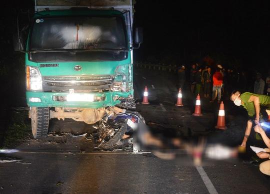 Quảng Trị: 4 học sinh đi trên một xe máy tử nạn khi tông vào ô tô tải đang dừng bên đường