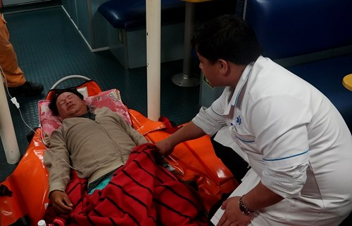 Kịp thời cứu hộ đưa 1 thuyền viên bị bệnh nặng trên biển về đất liền