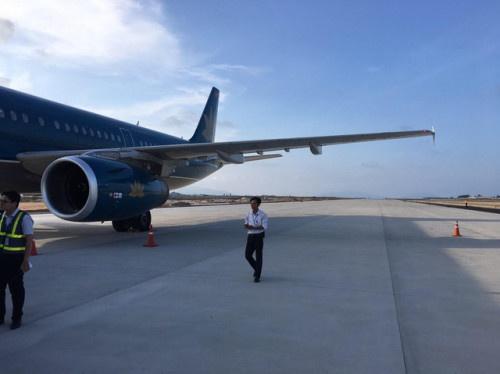 dinh chi to lai may bay vietnam airlines ha canh nham duong bang tai cam ranh