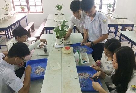 Học sinh Huế chế tạo gạch từ rác thải nhựa