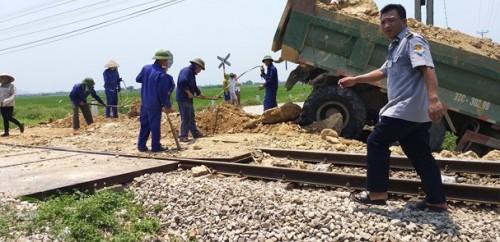 Nghệ An: Tàu hỏa húc văng xe tải xuống ruộng, tài xế tử vong trong cabin