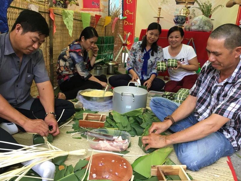 Dạy trẻ gói bánh chưng để duy trì nét đẹp văn hoá truyền thống