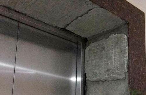 Bé trai 6 tuổi phải nhập viện sau khi bị gạch ốp cửa thang máy rơi trúng đầu