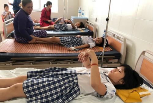 Quảng Ngãi: Sau khi uống trà sữa, hàng chục học sinh tiểu học nhập viện cấp cứu
