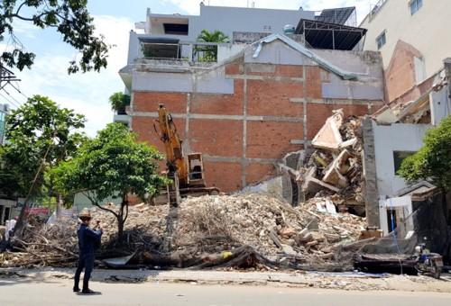 Nhà 2 tầng đang tháo dỡ ở TPHCM đổ sập bất ngờ làm 1 công nhân tử nạn