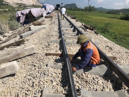 Thông tuyến đường sắt Bắc - Nam sau vụ nạn tàu SE19 đâm xe tải làm 2 người tử nạn, 8 người bị thương