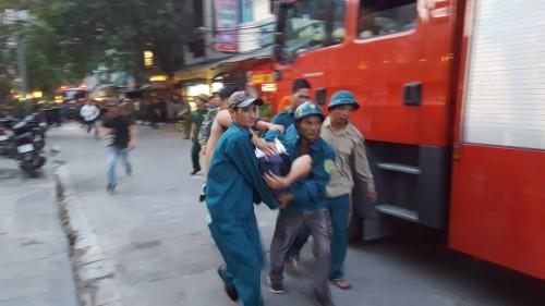 Hà Nội: Cháy tầng 18 chung cư Fodacon, nhiều người hoảng loạn thoát thân