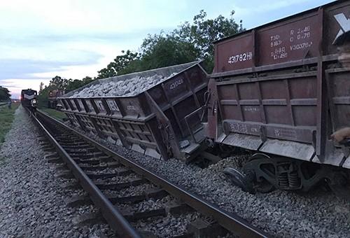 Tàu hỏa chở đá bất ngờ gặp sự cố trật bánh, nghiêng đổ ở Nghệ An